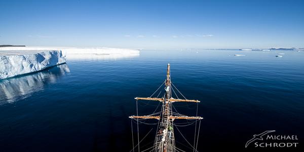Polargebiete habe mich seit meiner Kindheit fasziniert. 2013 war des dann endlich soweit, eine Reise in die Antarktis mit einem alten Segelschiff. Auf den Spuren von Scott, Amundsen und Shackelton.